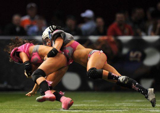 米国まんさん「女子フットボールいまいち人気でーへんわ・・・せや!下着でやったろ!」 →結果wwwwwwwwwwww(画像あり)・10枚目
