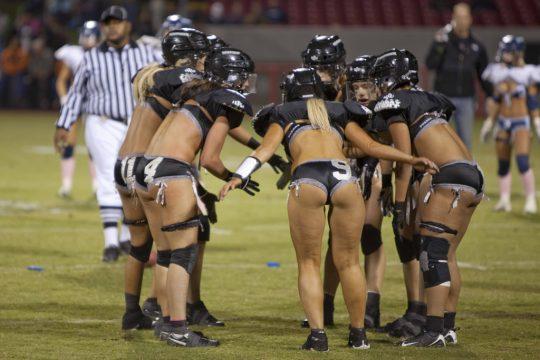 米国まんさん「女子フットボールいまいち人気でーへんわ・・・せや!下着でやったろ!」 →結果wwwwwwwwwwww(画像あり)・18枚目