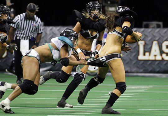 米国まんさん「女子フットボールいまいち人気でーへんわ・・・せや!下着でやったろ!」 →結果wwwwwwwwwwww(画像あり)・20枚目