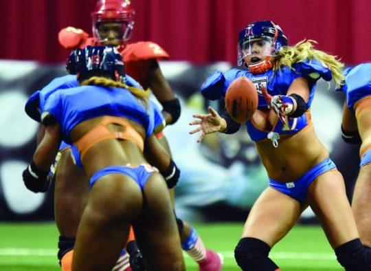 米国まんさん「女子フットボールいまいち人気でーへんわ・・・せや!下着でやったろ!」 →結果wwwwwwwwwwww(画像あり)・30枚目