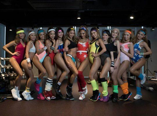 エロ可愛いビキニギャル集団「サイバージャパンダンサーズ」とギャル乱交AVの画像を比較して貼ってくwwwww(画像あり)・1枚目
