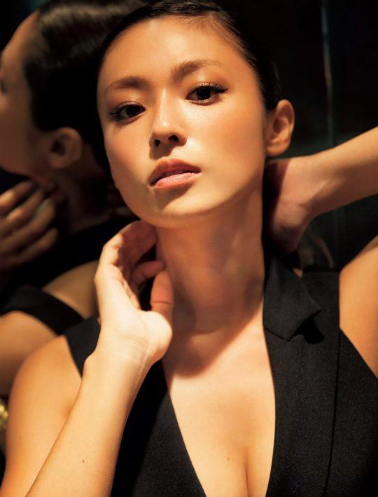 【悲報】深田恭子(34)尻丸出しでまだグラビアを撮り続けるwwww「需要どこにあんねん」「むしろエロくなってて草」(画像あり)・23枚目