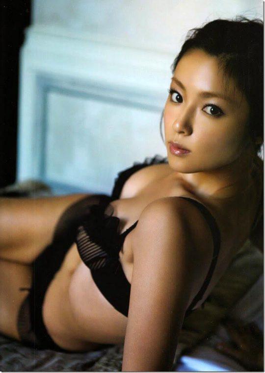 【悲報】深田恭子(34)尻丸出しでまだグラビアを撮り続けるwwww「需要どこにあんねん」「むしろエロくなってて草」(画像あり)・32枚目