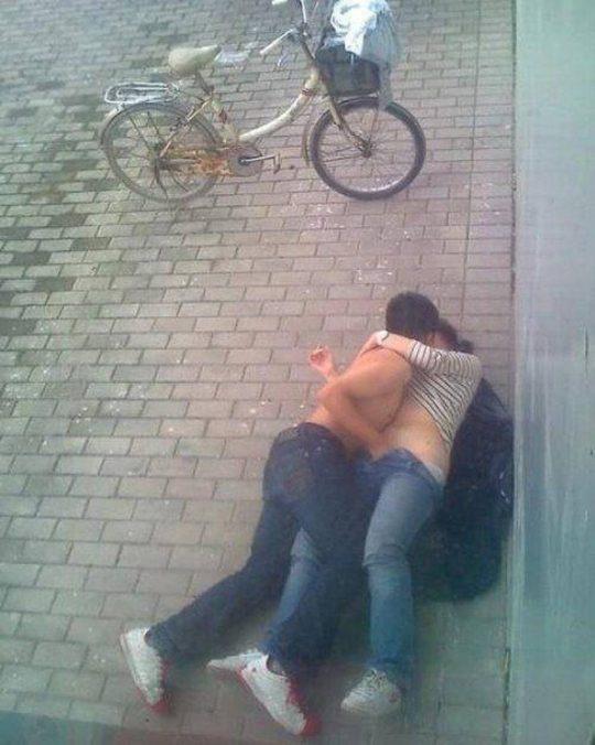 【悲報】超・強メンタルカップル、とんでもない場所でセクロスするwwwwwwwwwwwwwwwwwwww(画像あり)・25枚目