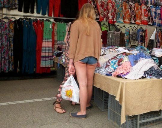【画像あり】おまえら、正直なところこの外人まんさんのホットパンツ姿を見てどう思うの???・4枚目