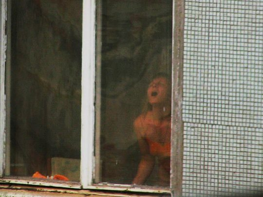 【民家盗撮】海外の意識高い系「家の中では自然体で・・・」盗撮師「っ・・!?拡散したろwwwwwwwwww」・1枚目