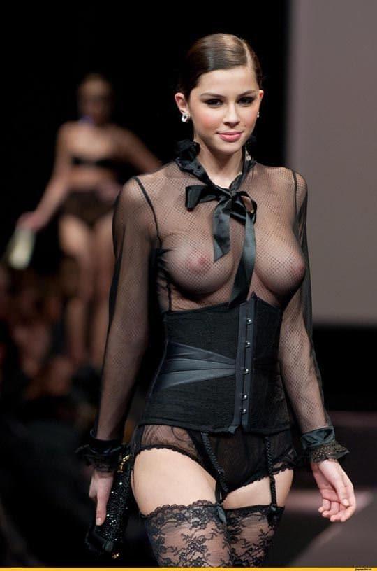 ファッションショーのモデルまんさん、いつからおっぱい出しがデフォルトになったのか誰か教えてクレメンス。(画像多数)・2枚目
