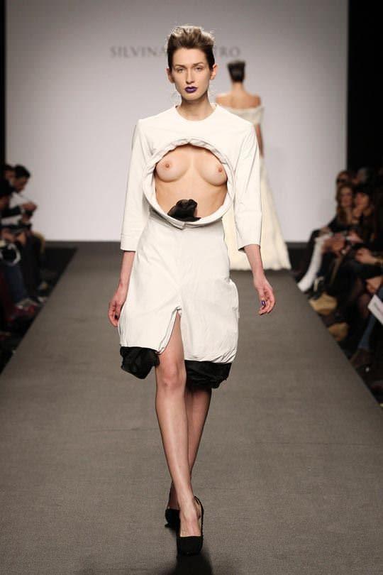 ファッションショーのモデルまんさん、いつからおっぱい出しがデフォルトになったのか誰か教えてクレメンス。(画像多数)・4枚目