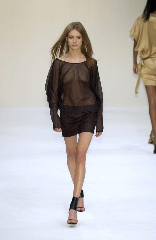 ファッションショーのモデルまんさん、いつからおっぱい出しがデフォルトになったのか誰か教えてクレメンス。(画像多数)・10枚目
