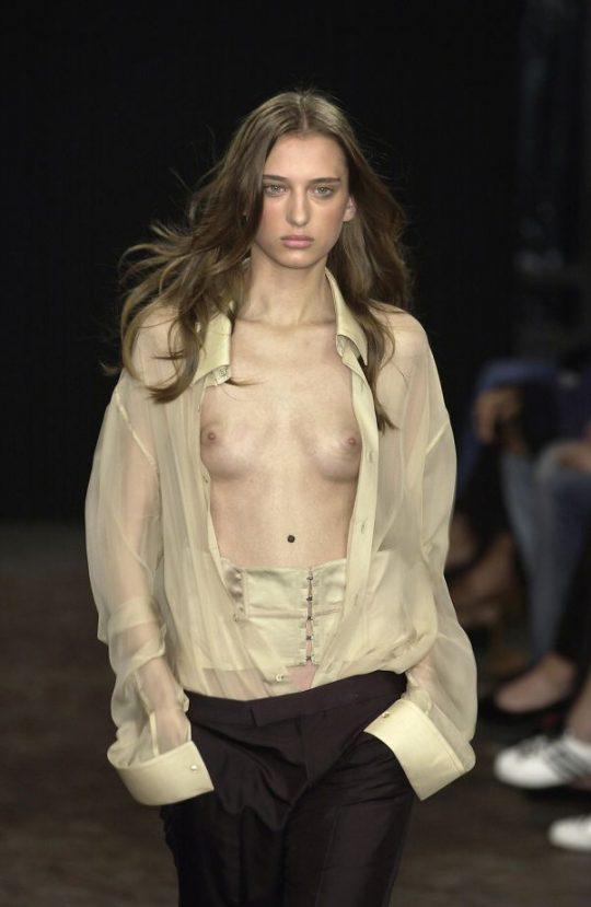 ファッションショーのモデルまんさん、いつからおっぱい出しがデフォルトになったのか誰か教えてクレメンス。(画像多数)・12枚目