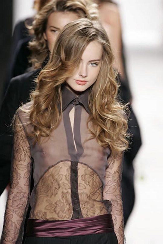 ファッションショーのモデルまんさん、いつからおっぱい出しがデフォルトになったのか誰か教えてクレメンス。(画像多数)・14枚目