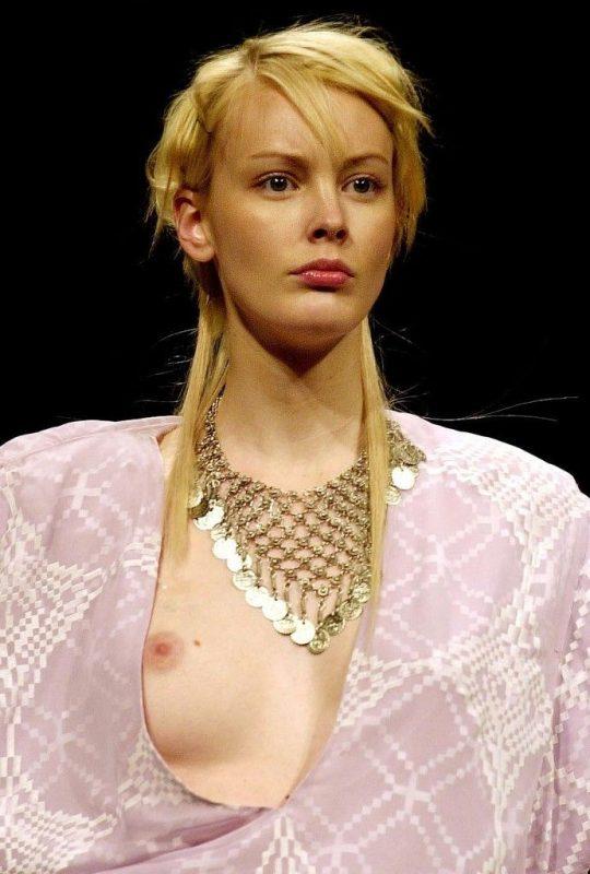 ファッションショーのモデルまんさん、いつからおっぱい出しがデフォルトになったのか誰か教えてクレメンス。(画像多数)・15枚目