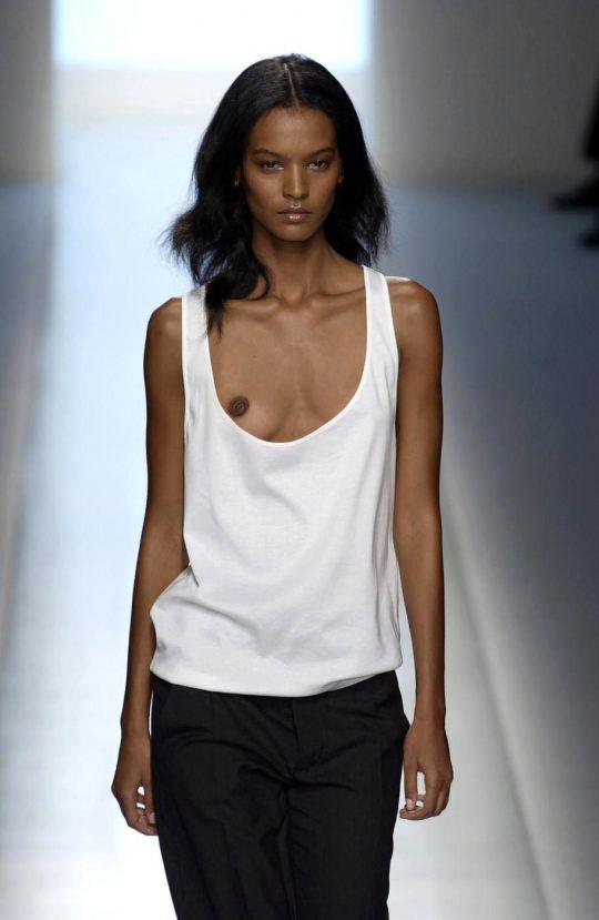 ファッションショーのモデルまんさん、いつからおっぱい出しがデフォルトになったのか誰か教えてクレメンス。(画像多数)・16枚目
