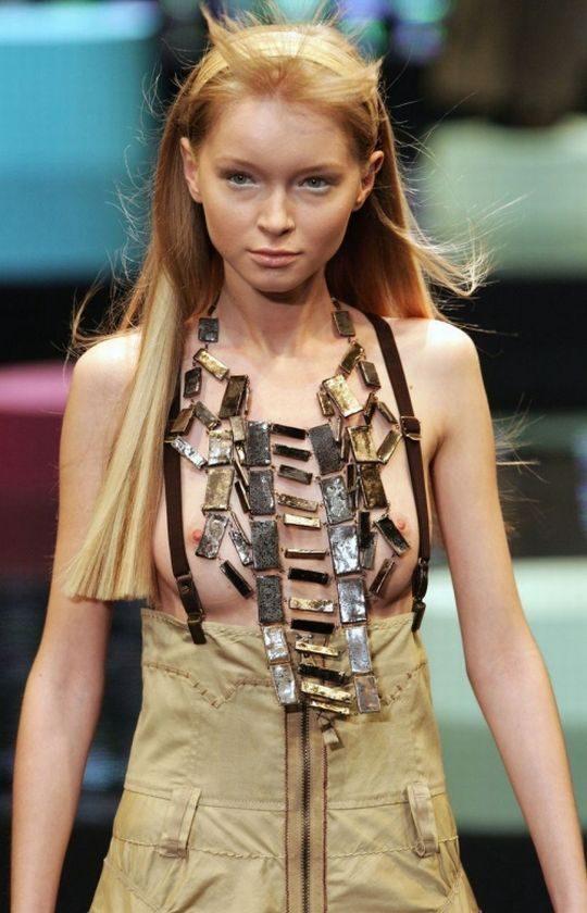 ファッションショーのモデルまんさん、いつからおっぱい出しがデフォルトになったのか誰か教えてクレメンス。(画像多数)・17枚目