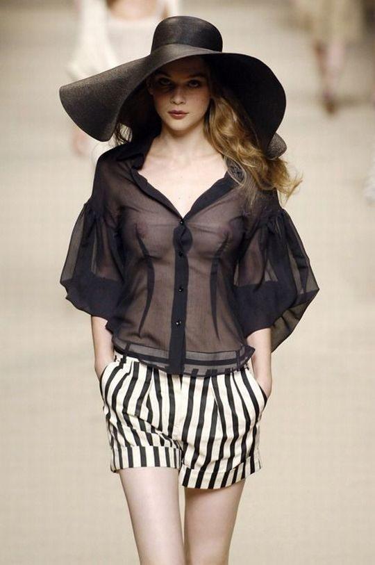 ファッションショーのモデルまんさん、いつからおっぱい出しがデフォルトになったのか誰か教えてクレメンス。(画像多数)・19枚目