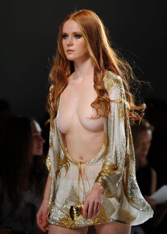 ファッションショーのモデルまんさん、いつからおっぱい出しがデフォルトになったのか誰か教えてクレメンス。(画像多数)・20枚目
