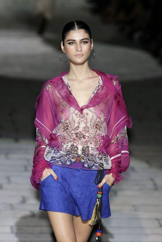 ファッションショーのモデルまんさん、いつからおっぱい出しがデフォルトになったのか誰か教えてクレメンス。(画像多数)・26枚目