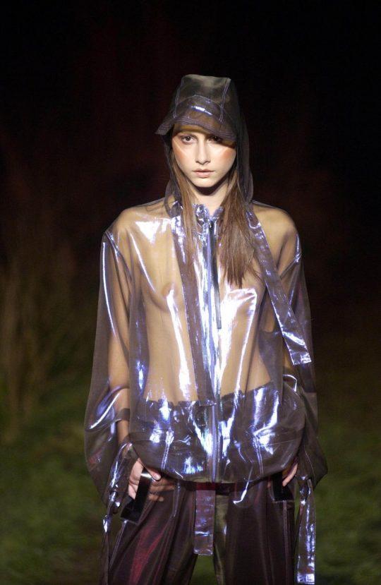 ファッションショーのモデルまんさん、いつからおっぱい出しがデフォルトになったのか誰か教えてクレメンス。(画像多数)・28枚目
