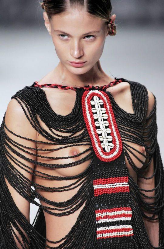 ファッションショーのモデルまんさん、いつからおっぱい出しがデフォルトになったのか誰か教えてクレメンス。(画像多数)・29枚目