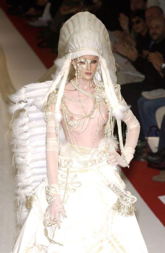 ファッションショーのモデルまんさん、いつからおっぱい出しがデフォルトになったのか誰か教えてクレメンス。(画像多数)・30枚目