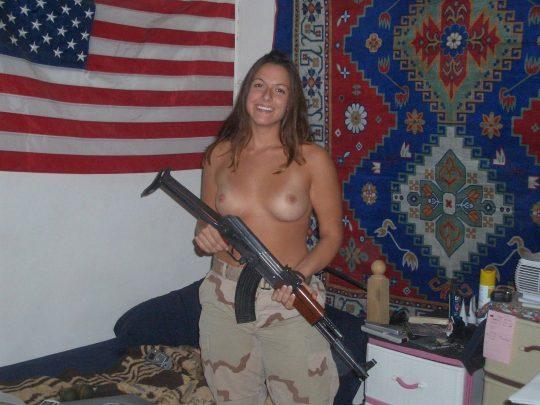 【ミリタリーエロス】女自衛官では考えられない、外国人女兵士のエロおふざけの様子がコチラwwwwwwwww(画像あり)・1枚目