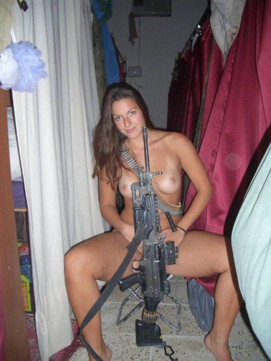 【ミリタリーエロス】女自衛官では考えられない、外国人女兵士のエロおふざけの様子がコチラwwwwwwwww(画像あり)・2枚目