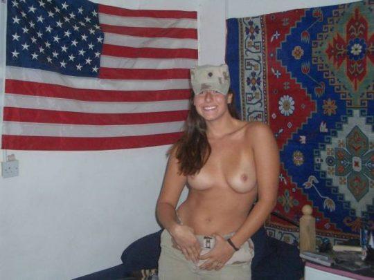 【ミリタリーエロス】女自衛官では考えられない、外国人女兵士のエロおふざけの様子がコチラwwwwwwwww(画像あり)・3枚目