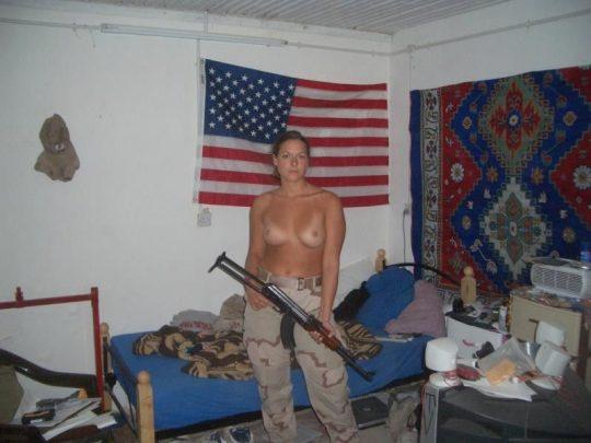 【ミリタリーエロス】女自衛官では考えられない、外国人女兵士のエロおふざけの様子がコチラwwwwwwwww(画像あり)・4枚目