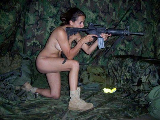 【ミリタリーエロス】女自衛官では考えられない、外国人女兵士のエロおふざけの様子がコチラwwwwwwwww(画像あり)・9枚目