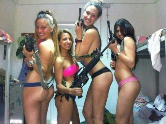 【ミリタリーエロス】女自衛官では考えられない、外国人女兵士のエロおふざけの様子がコチラwwwwwwwww(画像あり)・11枚目
