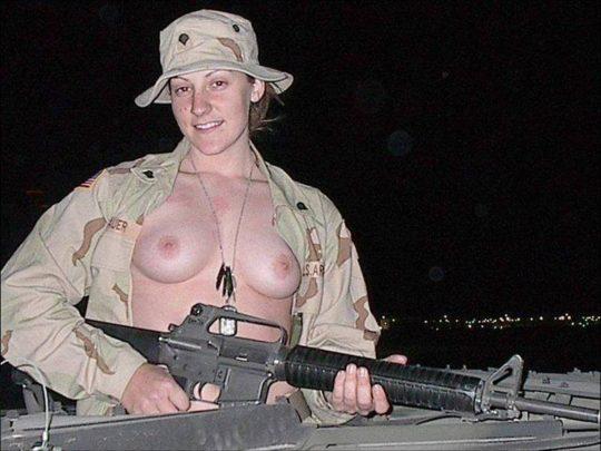 【ミリタリーエロス】女自衛官では考えられない、外国人女兵士のエロおふざけの様子がコチラwwwwwwwww(画像あり)・14枚目