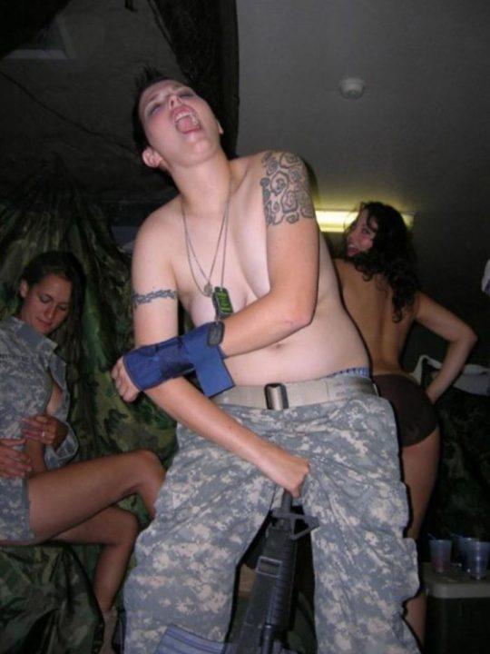【ミリタリーエロス】女自衛官では考えられない、外国人女兵士のエロおふざけの様子がコチラwwwwwwwww(画像あり)・28枚目