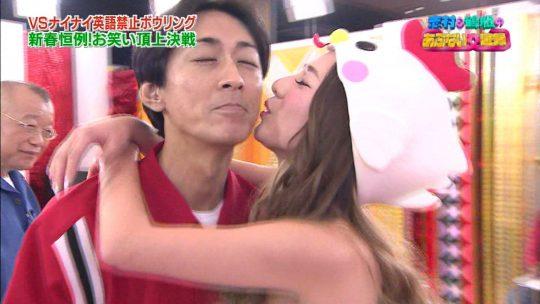 【悲報】正月エロ番組でAV女優に顔舐めされてる巨匠、志村の顔ワロタwwwwwwwwwwwwwwww(画像多数)・2枚目