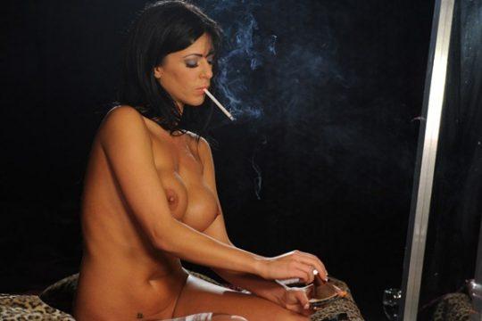 【画像あり】煙草スパスパ吸いながらおっぱい丸出しで誘ってくる低能女wwwwwwwwwwwww(画像30枚)・7枚目
