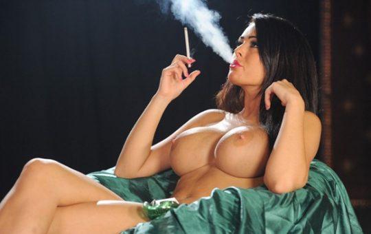 【画像あり】煙草スパスパ吸いながらおっぱい丸出しで誘ってくる低能女wwwwwwwwwwwww(画像30枚)・10枚目