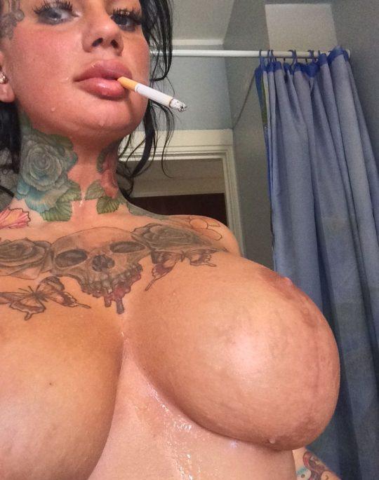 【画像あり】煙草スパスパ吸いながらおっぱい丸出しで誘ってくる低能女wwwwwwwwwwwww(画像30枚)・13枚目