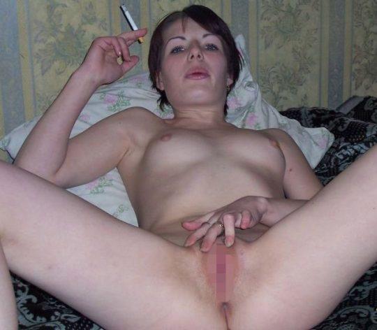 【画像あり】煙草スパスパ吸いながらおっぱい丸出しで誘ってくる低能女wwwwwwwwwwwww(画像30枚)・15枚目