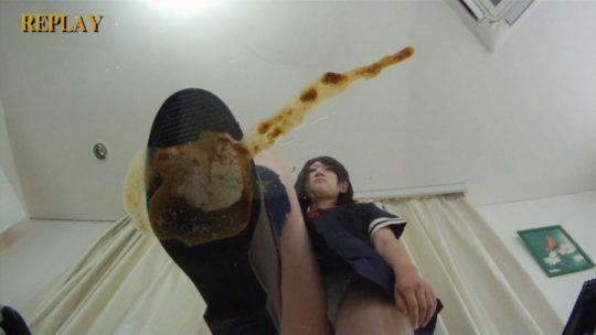【超閲覧注意】JKがカブトムシの幼虫を踏み潰すAV、これは完全にOUTですわwwwwwwwwwwwwwwwwwww・4枚目