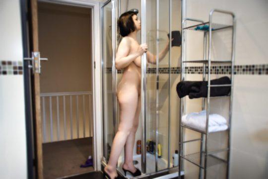 【変態紳士】英国で全裸の清掃業者が話題に!時給6000円で写真撮影やおさわり禁止 ※当店は風俗ではありませんwwwwww(画像あり)・2枚目