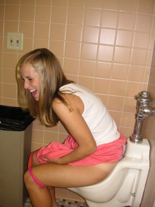 【悪ノリ注意】外国人ま〜んさんのトイレのドアをノックせずに開けた結果wwwwwwwwwwwwwww(画像あり)・5枚目