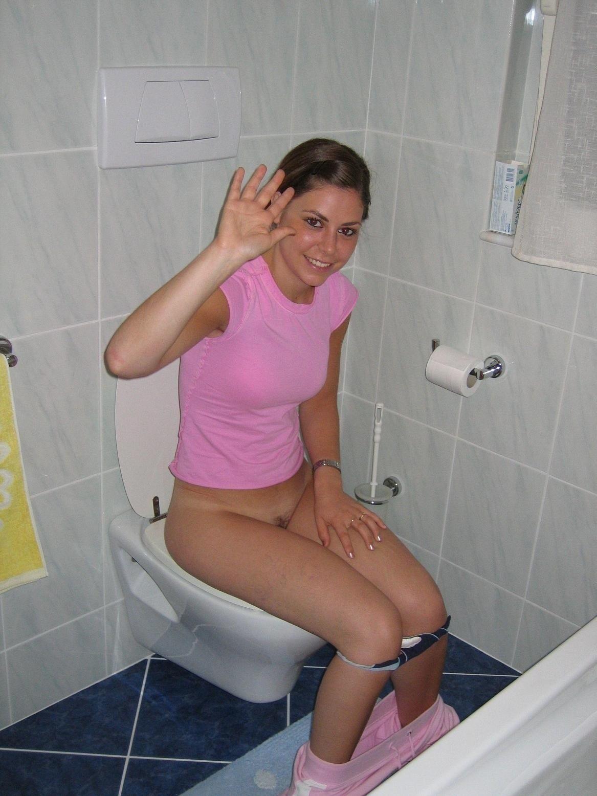 Смотреть туалете девушки уличном в