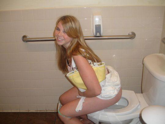 【悪ノリ注意】外国人ま〜んさんのトイレのドアをノックせずに開けた結果wwwwwwwwwwwwwww(画像あり)・13枚目