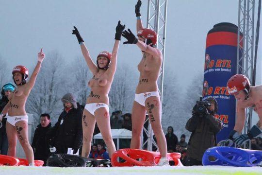 """【画像あり】ドイツ冬の風物詩 """"トップレスソリ滑り大会"""" おっぱい凍傷になりそうだけど楽しそうで何よりwwwwwwwwwww・6枚目"""