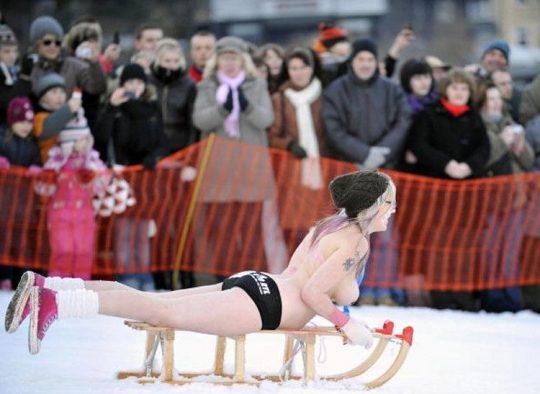 """【画像あり】ドイツ冬の風物詩 """"トップレスソリ滑り大会"""" おっぱい凍傷になりそうだけど楽しそうで何よりwwwwwwwwwww・7枚目"""