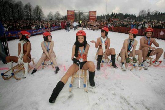 """【画像あり】ドイツ冬の風物詩 """"トップレスソリ滑り大会"""" おっぱい凍傷になりそうだけど楽しそうで何よりwwwwwwwwwww・8枚目"""