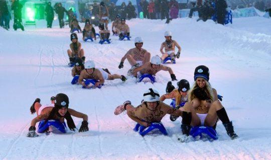 """【画像あり】ドイツ冬の風物詩 """"トップレスソリ滑り大会"""" おっぱい凍傷になりそうだけど楽しそうで何よりwwwwwwwwwww・12枚目"""