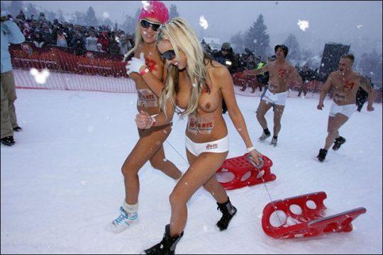 """【画像あり】ドイツ冬の風物詩 """"トップレスソリ滑り大会"""" おっぱい凍傷になりそうだけど楽しそうで何よりwwwwwwwwwww・13枚目"""
