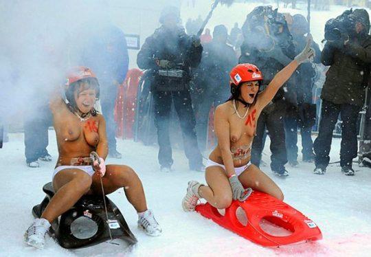 """【画像あり】ドイツ冬の風物詩 """"トップレスソリ滑り大会"""" おっぱい凍傷になりそうだけど楽しそうで何よりwwwwwwwwwww・16枚目"""