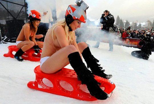 """【画像あり】ドイツ冬の風物詩 """"トップレスソリ滑り大会"""" おっぱい凍傷になりそうだけど楽しそうで何よりwwwwwwwwwww・18枚目"""