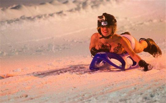 """【画像あり】ドイツ冬の風物詩 """"トップレスソリ滑り大会"""" おっぱい凍傷になりそうだけど楽しそうで何よりwwwwwwwwwww・23枚目"""